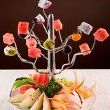 お祝い時の食事は当店にお任せあれ!フルーツ盛り合わせサービス