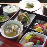 いろいろ味わえる松花堂弁当でランチはいかがですか?