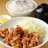 定番だけにその店の本筋が 見えるチキン唐揚げ定食!