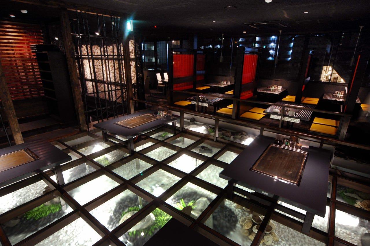 ガラスの床下は、高野山の清流がモチーフ。癒しの空間でお食事を
