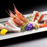 鮮度抜群の魚介による色鮮やかな刺身盛り