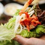 【サムギョプサルなら野菜を沢山摂れちゃいます♪】 こんがりジューシーに焼きあがったお肉をサンチュに乗せたら、ナムルやキムチ、ネギサラダ等、お好みでトッピング。大きなお口で召し上がれ!!