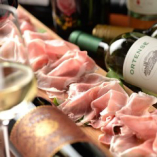 飲み放題ではボトルワインも可能!生ハム、チーズなども充実!