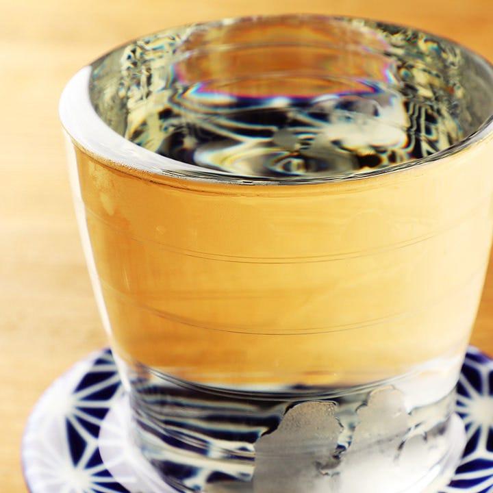 1杯でたっぷり楽しめるこぼれワイン。和柄の受け皿もおしゃれ