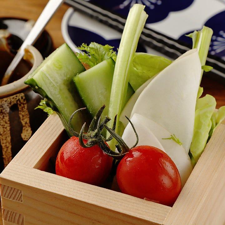 お酒に合うお通しは自家製味噌をたっぷりつけて味わう新鮮野菜