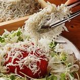 丸ごとトマトのぶっかけシラスサラダ