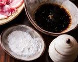 [塩orタレ] 肉の鮮度に自信があり、シンプルな味付けで肉本来の旨味をご堪能いただきたいから、レアを塩で、がおすすめ!モンゴルの岩塩を肉によく馴染むよう、すり鉢ですってさらさらにしています。タレ派の方には醤油ベースのタレもご用意。化学調味料不使用で甘すぎず、肉の味を邪魔しません。