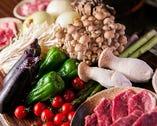[北海道の大地の恵み!] 通常の焼き肉よりも野菜をたっぷり食べられるジンギスカン。羊の脂で風味がついた野菜がたまりません!当店では北海道産野菜を厳選。玉ねぎは甘味の強いF1、長ネギは軟白、じゃがいもは男爵芋を使用。ポテト感覚で箸がすすむ、千切りじゃがいもも人気。
