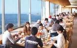 壮大な伊勢湾を眺めながらお食事ができるテーブル席