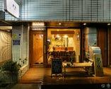 根津駅から徒歩1分。女性同士でも入りやすい焼鳥店