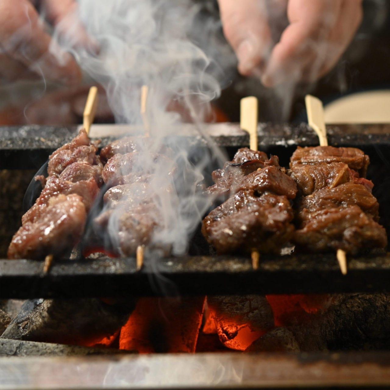 備長炭使用の炭火焼は香ばしく焼ける自家製タレに食欲が進みます