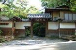 円山公園の高台に建つ「左阿彌」