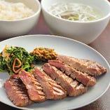 《芯たん定食》 肉厚で柔らかな食感が人気の一品。