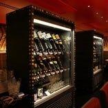 店内中央にある日本酒セラーより飲み放題はセルフスタイル!