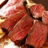 超熟成黒毛和牛ランイチは名物料理。岩塩でシンプルにどうぞ。