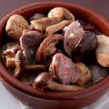 マッシュルーム、エリンギ、椎茸と砂肝のピリ辛アヒージョ