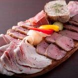 肉の個性活かした自家製シャルキュトリー。自家製の燻製ハムなど