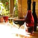 ソムリエ厳選のワイン。グラス¥700〜 コストパフォーマンスも抜群です。