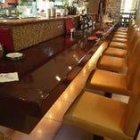 キッチンを望むカウンター席。しっかりと背もたれのあるシートなので、ゆったりとお過ごしいただけます。