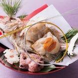 おめでたい席に最適な家喜物(焼物)「姿盛りの祝鯛源平焼き」も人気です。