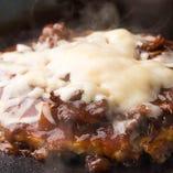 お肉とチーズをトッピングにお好み焼きで