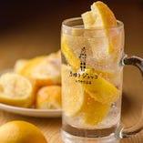 おかわりOK!レモンを凍らせた「氷りレモンハイ」