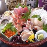 朝どれの鮮魚を豪快に盛り付け。本当に美味しいお魚を。