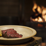 薪火でじっくり焼き上げたお肉は肉本来の旨味と甘味が楽しめます
