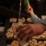 スペイン・バスク地方のりんごから造られたお酒「シードラ」は、普段お酒を飲まない方や女性の方にもおすすめ