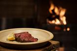薪火と炭で焼く肉は逸品!是非香りとジューシー感を。
