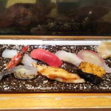 イカ、トロ、白身、穴子、ウニなどを使った贅沢な一品!