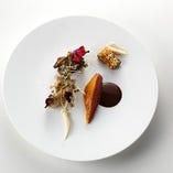 食材はシンプルに味付けされ、風味をダイレクトに感じられる。
