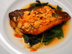 白身魚の焦がしアーモンドソース
