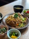 関西人ならご飯と焼きそばでしょ!!【牛スジ入り 焼きそばランチ】