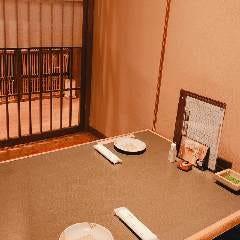 2名様から使用可能な半個室。喫煙可能席となっております。