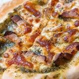 自家製ベーコンとバジルソースのピザ