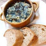 函館産イカの墨煮とパン