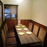 仕切りのある空間で、話題のロティサリーチキンとワインを味わう!
