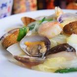 活アサリの濃厚だし!海鮮焼きそば♪普通に食べてもうまい♪さらにお酢と辛子を付けると2人前は食べれます!