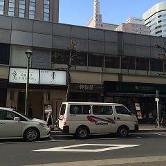 道路はさんで正面に当店、右手にプロント銀座コリドー店さん、隣には近畿大学水産研究所さん(近大まぐろ)が見えます。