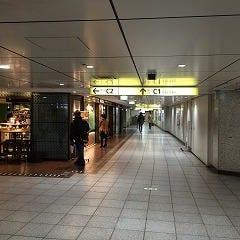 銀座駅C1出口に向かう通路です、まっすぐ進んでください