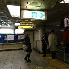 銀座駅C1出口に向かうために階段を上ります