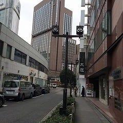 ここはまっすぐ進みます ※帝国ホテルの高層ビルが正面に見えます
