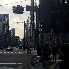 最初の信号である銀座西5丁目交差点を右折します ※信号先の右に「トヨタレンタカーさん」があります