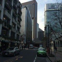 まっすぐ進みます。 正面に帝国ホテルビル、日本ジェネリックの電光掲示板が見えます。右手は泰明小学校。