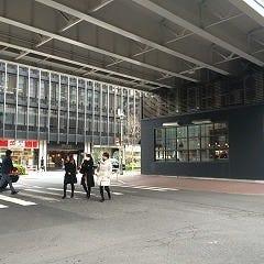 線路をくぐると、正面に55ステーション(写真屋)さん、右手にTOROTOKYOさんがある交差点に出ます。 ここを右折してください。 ※左手はGINZAファイブ