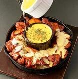 チーズプルダック MUN自家製の辛口ソースで炒めた鶏肉をチーズと絡めて食せば、辛さのなかにまろやかさとコクが加わり抜群の旨さ! 自慢の一品☆