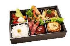 和牛肉のステーキと車エビ、鮮魚ホタテなど京洋食の幕の内弁当