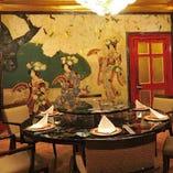 益田玉城の「美人花笠踊の図」に包み込まれた艶やかな個室