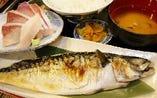 鯖の塩焼きとブリ刺のセット定食ランチ